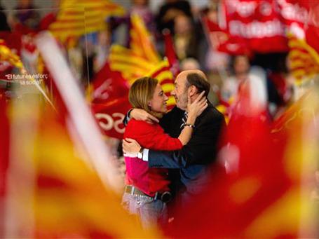 Лидеры правящей соцпартии Испании, Альфредо Рубалькаба и Карме Чакон: последние объятия перед неизбежным поражением на воскресных выборах. Фото: AP