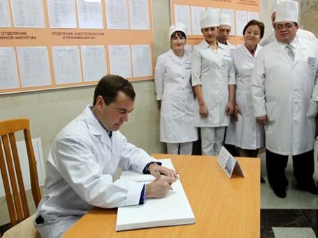 Президент Дмитрий Медведев подписал один из самых обсуждаемых и спорных законов — о здоровье. Фото: РИА Новости