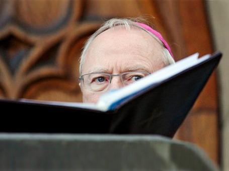 Католические священники в Германии дистанцируются от скабрезной литературы — выпускавшее эротические книги издательство будет продано. Фото: AP