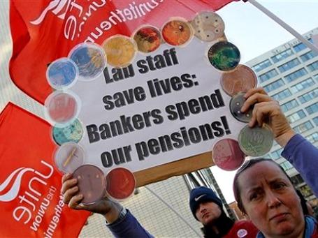 «Банкиры проели наши пенсии» — надпись на транспаранте участника забастовки госслужащих. Фото: AP