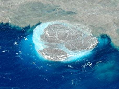 Извержение вулкана происходит под водой на глубине 60 метров. Фото: AP