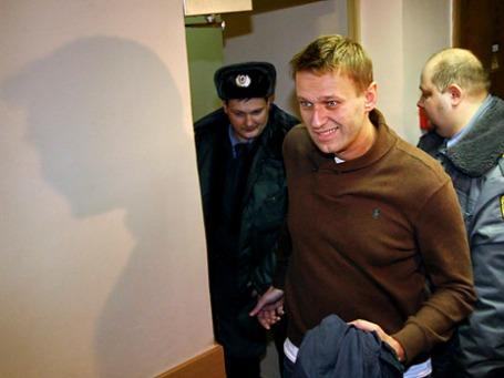 Блогер Алексей Навальный, задержанный накануне вечером во время несанкционированной акции в центре Москвы, в здании Тверского суда Москвы. Фото: РИА Новости