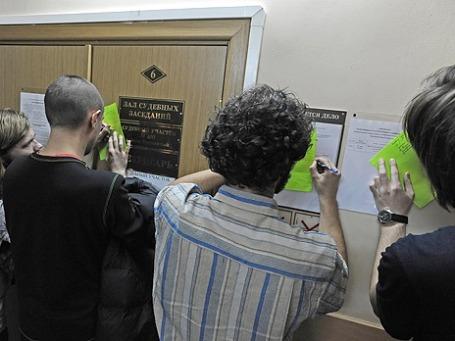 Задержанные на митинге на Чистых прудах пишут ходатайство о возврате паспортов в Басманном суде. Фото: ИТАР-ТАСС