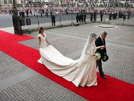 Платье принцессы Кейт мгновенно породило моду на женственный образ. Фото: AP