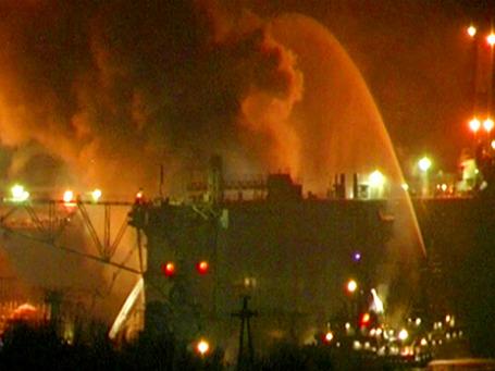 Ликвидация пожара на атомной подводной лодке «Екатеринбург», стоящей на плановом ремонте в плавдоке судоремонтного завода в Мурманской области. Фото: РИА Новости