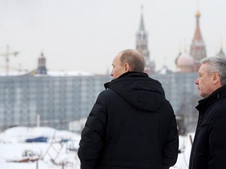Председатель правительства РФ Владимир Путин и мэр Москвы Сергей Собянин (слева направо) осматривают строительную площадку, где раньше располагалась гостиница «Россия». Фото: РИА Новости