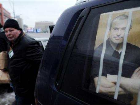 Автомобиль с портретом Михаила Ходорковского на проспекте Академика Сахарова в Москве, где должен пройти санкционированный московскими властями митинг оппозиции «За честные выборы». Фото: РИА Новости