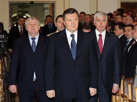 Нового министра обороны Украины Дмитрия Саламатина (справа) считают человеком из ближнего окружения президента Януковича (в центре). Третий на снимке — предшественник Саламатина в кремле министр Михаил Ежель. Фото: AP