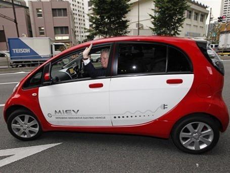 Премьер-министр Квебека Жан Шаре прокатился на I-MiEV во время посещения штаб-квартиры Mitsubishi Motors в Токио.  Фото: AP
