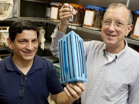 Ученые Роберто Перейра и Фил Коелер со своим изобретением. Фото: news.ifas.ufl.edu