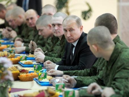 В Таманской дивизии Владимир Путин вместе с военнослужащими отведал пирожок и армейских макарон с вареным мясом. Фото: РИА Новости