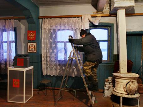 Установка камер видеонаблюдения на избирательном участке в сельском клубе села Большие Кучки в Омской области. Фото: РИА Новости