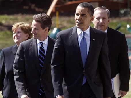 Президент США Барак Обама в сопровождении советника по экономическим вопросам Кристины Ромер, министра финансов Тимоти Гайтнера и экономического советника Лоуренса Саммерса (слева направо). Фото: AP