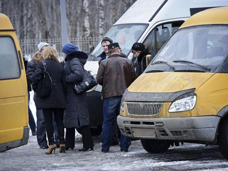 По словам Дмитрия Яковлева, закуривающие люди на фото - участники турнира по мини-футболу. Фото: Русская служба Би-би-си