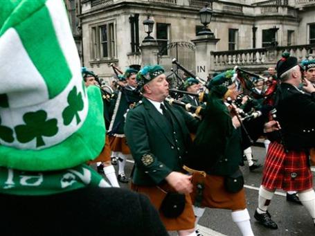 Весь мир отмечает день святого покровителя Ирландии под знаком зеленого трилистника. Фото: АР