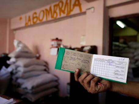 На продовольственную карточку можно купить продуктов примерно на 10 дней, но стоит она недорого — всего доллар в месяц на одного человека. Фото: АР