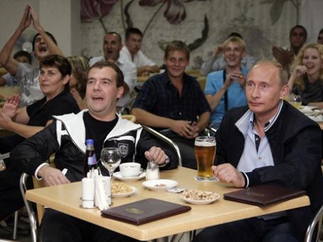 Дмитрий Медведев и Владимир Путин не стесняются позировать с бокалом пива, а Роспатент опасается за их имидж. Фото: РИА Новости