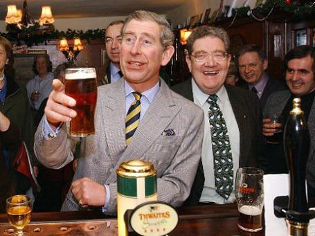 Пока правительство Британии объявляет борьбу пьянству, принц Чарльз выражает тревогу в связи с сокращением числа пабов в британских деревнях, где они всегда выполняли роль клубов. Фото: AP