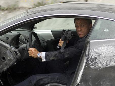 Если бы Джеймс Бонд реально работал в МИ-6, его бы чаще приходилось видеть с авторучкой, чем с автоматом. Кадр из фильма «Квант милосердия».