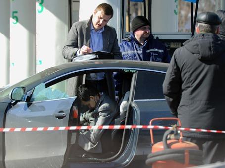Тело экс-мэра города Шахты Ростовской области Сергея Пономаренко, обнаруженное в автомобиле Audi на АЗС на Можайском шоссе. Фото: ИТАР-ТАСС