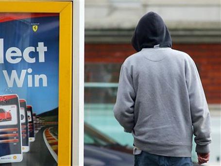 Необразованность и безысходность британских маргиналов, помноженная на жажду красивой жизни, могут приводить к печальным результатам вроде прошлогодних погромов в Лондоне. Фото: AP