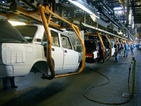На линии сборки автомобилей ВАЗ– 2107 предприятия «АвтоВАЗ» в Тольятти. Фото: РИА Новости