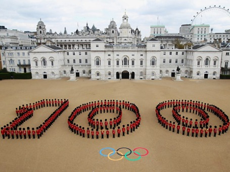 260 гвардейцев образовали число «100» в центре Лондона. В дни Игр на этом плацу пройдут соревнования по пляжному волейболу. Фото: london2012.com