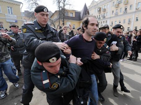 Сотрудники правоохранительных органов задерживают одного из участников акции «Судебный фестиваль» в поддержку группы Pussy Riot.  Фото: РИА Новости