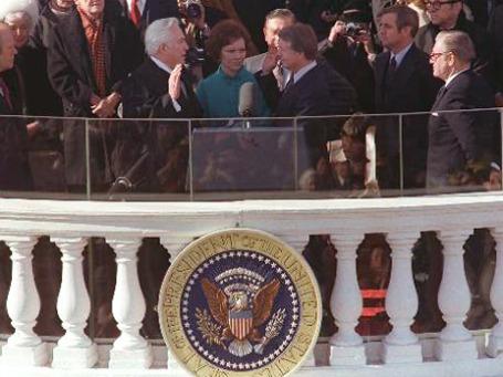 Основные элементы церемонии инаугурации в США (на фото — вступление в должность президента Джимми Картера в 1977 году) восходят к XVIII веку. Фото: АР