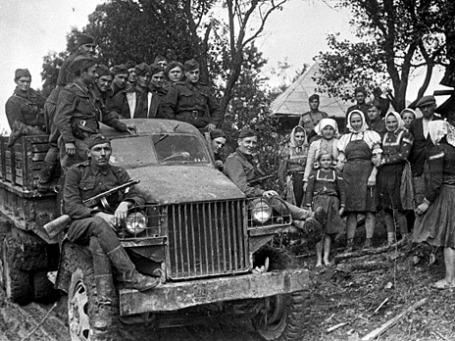 Солдаты в освобожденном ими селе в Чехии. Фото: РИА Новости
