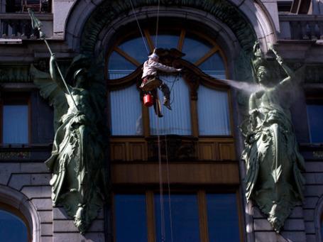 Мойка на Невском. Сотрудник коммунальных служб на главном проспекте северной столицы. Фото: РИА Новости
