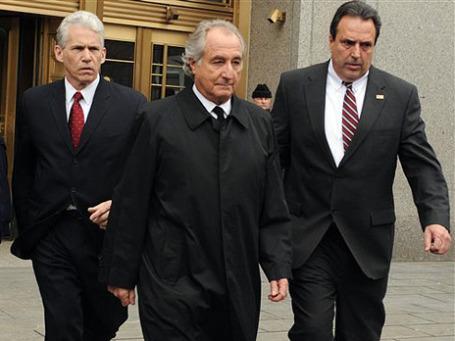 Советы Бернарда Мэдоффа (на фото в центре) довели его клиентов до разорения, а его самого — до тюрьмы. Фото: AP