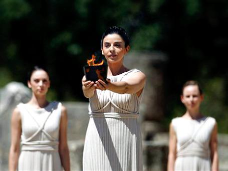 Телевизионные кадры церемонии зажжения олимпийского огня в Греции выглядят сюрреалистически на фоне распада греческой экономики. Фото: АР
