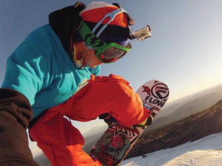 Экшн-камеру GoPro HD HERO2 Outdoor Edition используют для съемки в экстремальных условиях, а закрепить ее можно, к примеру, на голове. Фото: gopro.com