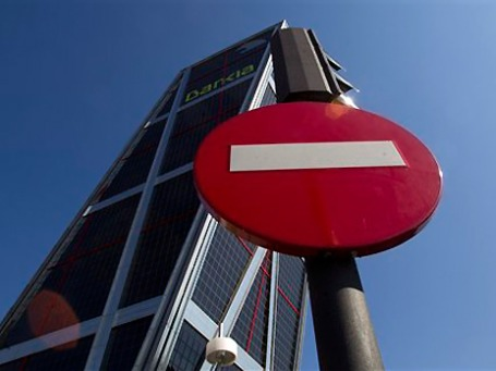 Здание штаб-квартиры испанского банка Bankia в последнее время все больше напоминает Пизанскую башню. Фото: AP