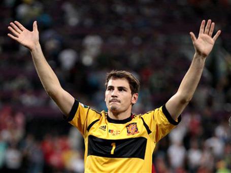 Капитан испанской сборной вратарь Икер Касильяс стал первым в мире футболистом – участником 100 победных международных матчей. Фото: AP