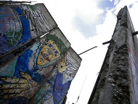Социалистическая система, которую олицетворяла Берлинская стена, представлялась столь же нежизнеспособной, сколь и вечной. Фото: AP