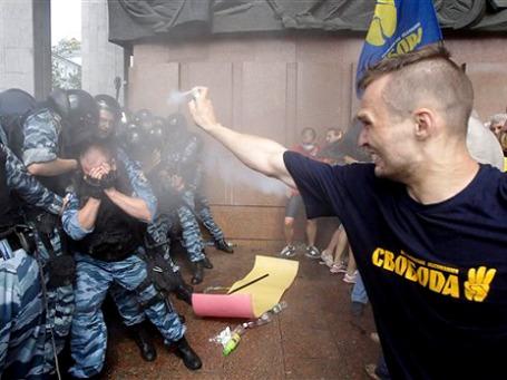 В столкновениях с полицией у Украинского дома манифестанты распылили слезоточивый газ. Фото: AP