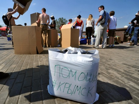 Волонтеры на смотровой площадке МГУ занимаются сортировкой гуманитарной помощи, собранной для пострадавших от наводнения на Кубани. Фото: РИА Новости