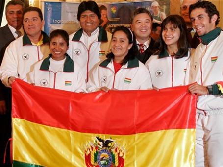 Президент Боливии Эво Моралес (на снимке четвертый слева) провожает национальную сборную на Игры в Пекине. Фото: AP