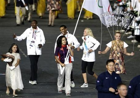 На церемонии открытия Олимпиады Гуор Мариал (второй слева) шел в группе независимых спортсменов, выступающих под флагом МОК. Фото: АР