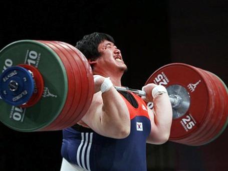 Нечеловеческое напряжение на лице южнокорейского штангиста свидетельствует о том, что не только он, но и другие элитные спортсмены близки к достижению предельных возможностей человеческого организма. Фото: АР