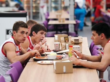 Спортсмены сборной России по спортивной гимнастике в ресторане в Олимпийской деревне в Лондоне. Фото: РИА Новости