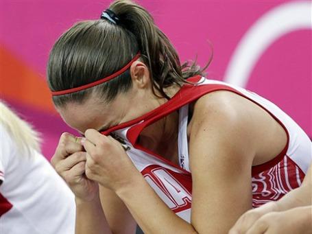 Лучшая из российских баскетболисток американка Бекки Хэммон переживает поражение от француженок в полуфинале Игр. Фото: АР
