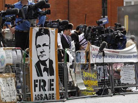 В первый день осады посольства Эквадора в Лондоне количество журналистов превысило число сторонников Ассанжа.  Фото: AP