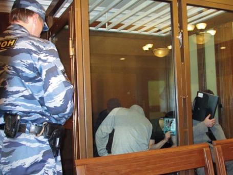 В Московском областном суде начались слушания по существу дела о теракте в «Домодедово». По версии следствия, подрыв самодельного взрывного устройства произвел террорист-смертник Магомед Евлоев. Помощь в осуществлении преступления Евлоеву оказали другие члены банды – его брат Ахмед Евлоев, Башир Хамхоев и братья Ислам и Илез Яндиевы, находящиеся на скамье подсудимых. Фото: РИА Новости
