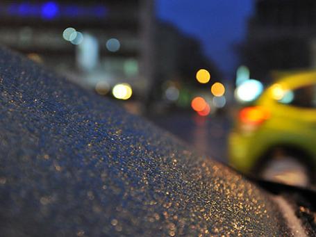 Наледь на кузове автомобиля, припаркованного на Садовом кольце в Москве. Фото: РИА Новости