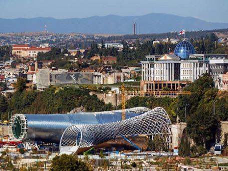 Строительная площадка театра оперы в парке Рике и президентский дворец в Тбилиси. Фото: РИА Новости