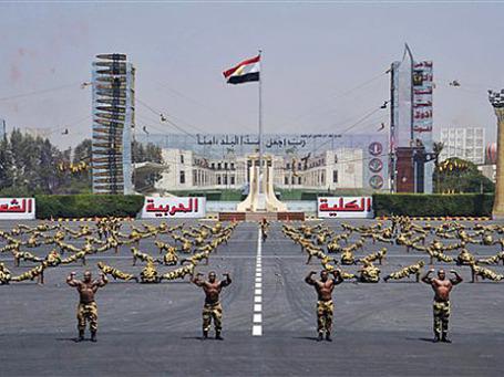 Египетские войска демонстрируют свои навыки на выпускной церемонии в присутствии Президента Мухаммеда Мурси, Каир, Египет. Фото: АР