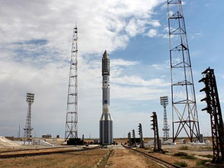 Ракета космического назначения «Протон-М» с разгонным блоком «Бриз-М» и коммуникационным космическим аппаратом «Сириус-5» во время установки на стартовом комплексе космодрома «Байконур». Фото: РИА Новости